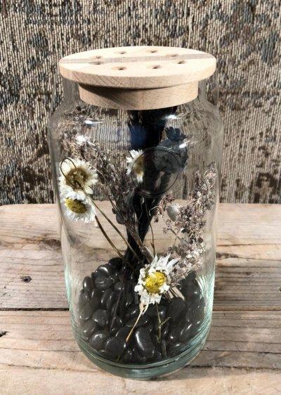 Droogbloemen in glazen pot met houten deksel met  gaatjes