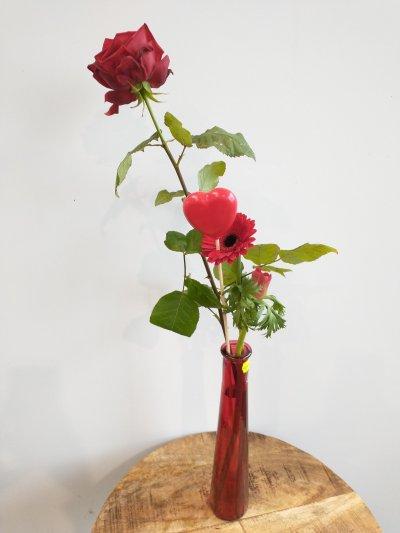 Snijbloemen met hart in rode vaas