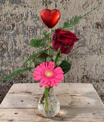 Toefjes snijbloemen met hart in flesje