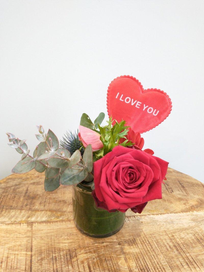 Snijbloemen in rond vaasje met hart