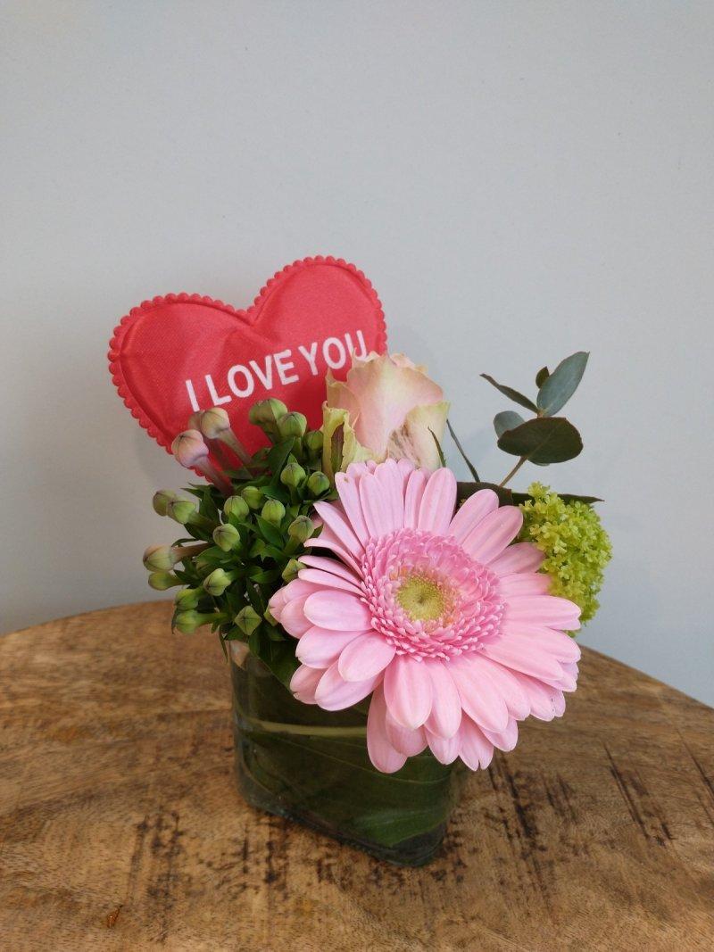 Snijbloemen in vierkant vaasje met hart